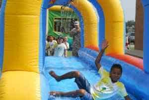 ילדים מתגלשים על מתנפח מים
