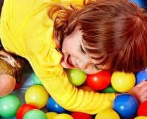 ילד בבריכת כדורים