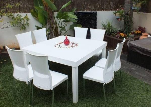 שולחן לבן עם כסאות להמחשה להשכרה 120ָX120